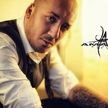 Hip Hop Drummer Charly Beat aus Stuttgart spielt bei Amaris. Amaris singt auf Songs von Kool Savas und Franky Kubrick