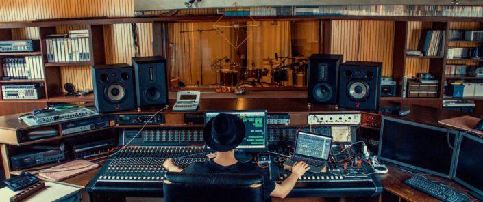Hip Hop Drummer Charly Beat sitzt vor dem analog Mischpult und produziert Musik!