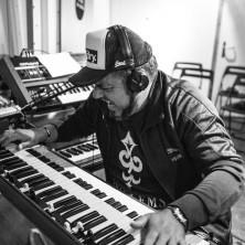 Toni Farris sitzt an den Keys im Tonstudio