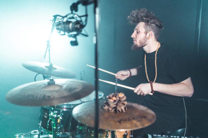 Schlagzeuger Charly Beat von der Seite beim Schlagzeug spielen